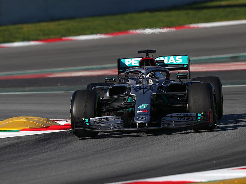 """Британский пилот """"Мерседеса"""" Льюис Хэмилтон победил в гонке девятого этапа чемпионата мира по автогонкам в классе машин """"Формула-1"""" - Гран-при Тосканы"""