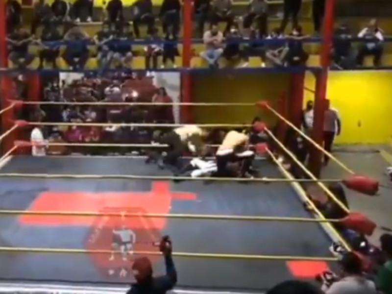 """Мексиканский реслер Луис Анхель Салазар, выступающий под псевдонимом """"Воздушный Принц"""", умер на ринге от сердечного приступа"""