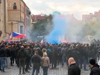 """""""Дайте нам жить!"""": В Праге фанаты подрались с полицией из-за коронавирусных ограничений"""