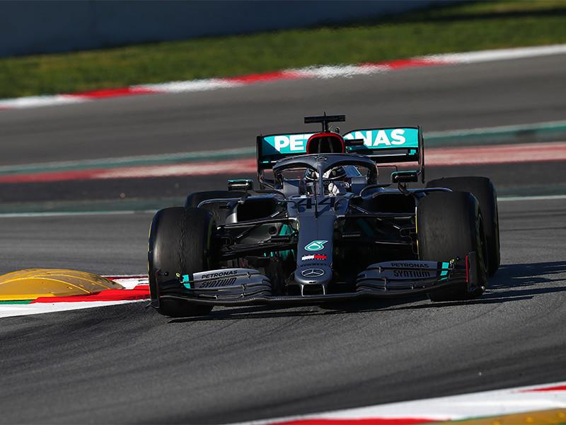 """Британский пилот """"Мерседеса"""" Льюис Хэмилтон стал победителем квалификации Гран-при Португалии. Соревнования проходят на автодроме """"Алгарве"""", который впервые принимает гонки чемпионата мира в классе машин """"Формула-1"""""""