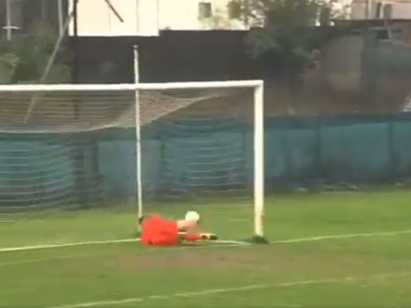 В Румынии футбольный вратарь забил гол ударом от ворот