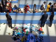 Церемонию прервали посреди дня из-за массовых беспорядков и невозможности силовиков контролировать людей, беспрепятственно перелазивших через заборы президентской резиденции в попытках пробраться к гробу Марадоны