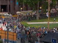 """В четверг проститься с легендой футбола к президентскому дворцу """"Каса Росада"""" в столице Аргентины пришли сотни тысяч человек"""