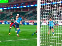 УЕФА просит разрешить футболистам случайно играть рукой