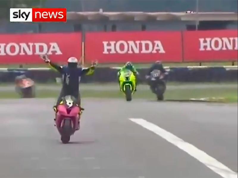 Фаворит гонок Superbike Brazil упустил победу, начав праздновать слишком рано