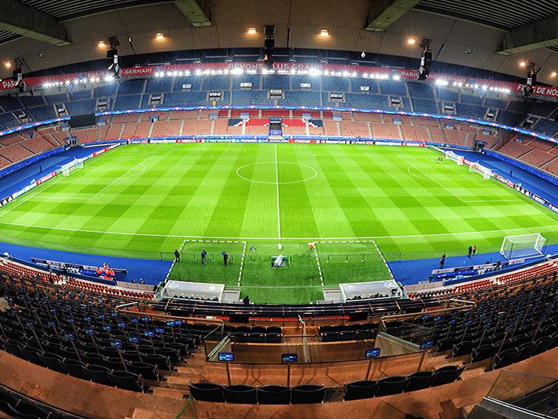 """Игра на парижской арене """"Парк-де-Пренс"""" была остановлена на 14-й минуте при счете 0:0 из-за расистского оскорбления в адрес помощника главного тренера турок Пьера Вебо со стороны резервного арбитра"""