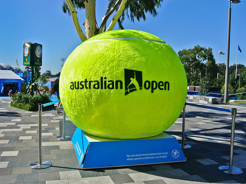 Более двадцати теннисистов не смогут проводить индивидуальные тренировки перед стартом Australian Open из-за контакта с зараженными коронавирусной инфекцией во время перелета на одном из чартерных рейсов в Мельбурн