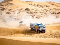 """В Саудовской Аравии экипаж команды """"КамАЗ-мастер"""" под управлением Дмитрия Сотникова победил на седьмом этапе ралли-марафона """"Дакар"""" в зачете грузовиков. Его время на спецучастике протяженностью 471 км составило 4 часа 45 минут 52 секунды"""
