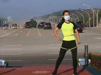 Жительница Мьянмы случайно записала фитнес-видео на фоне военного переворота