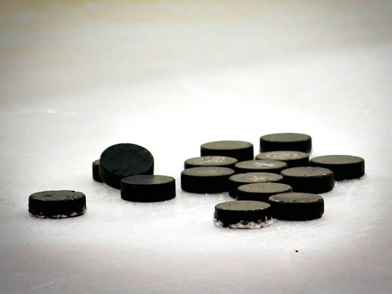 """Матч регулярного чемпионата НХЛ между """"Колорадо"""" и """"Вегасом"""", проходящий на специально смонтированной площадке на озере Тахо (штат Невада) под открытым небом, был остановлен из-за плохого качества льда"""