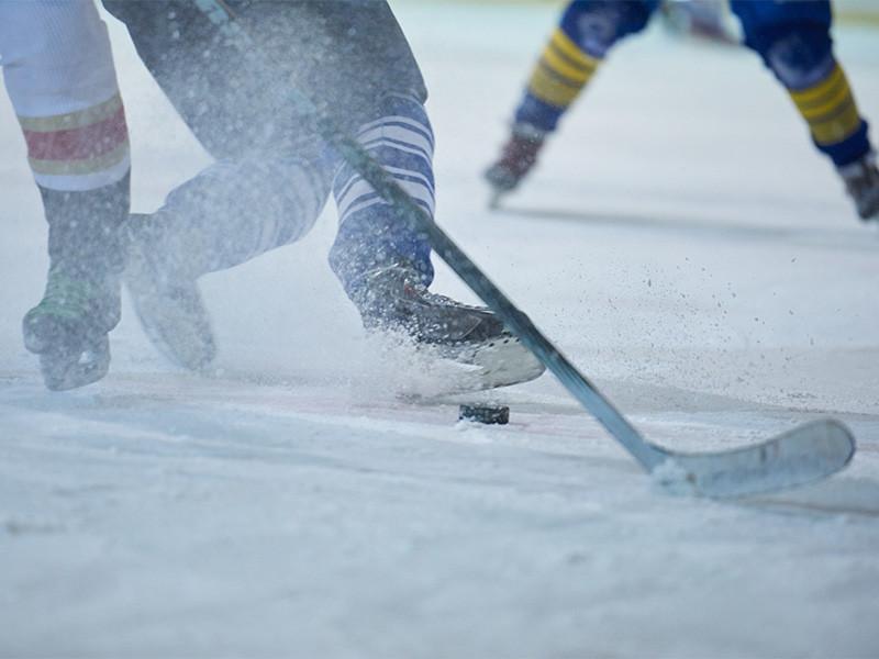 """Бригада технических работников, которая восстанавливала качество льда на площадке на озере Тахо во время прерывавшегося матча между """"Колорадо"""" и """"Вегасом"""" (3:2), признана первой звездой игрового дня НХЛ, сообщается на официальном сайте лиги"""