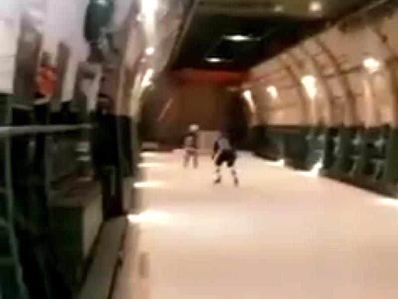 В соцсетях появилось видео с необычным хоккейным матчем, который устроили на борту советского тяжелого транспортного самолета АН-124 прямо во время полета
