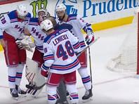 Вратарь Игорь Шестеркин не смог встать со льда после шпагата в матче НХЛ