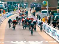 Велогонщиков попросили не обниматься после финиша из-за коронавируса