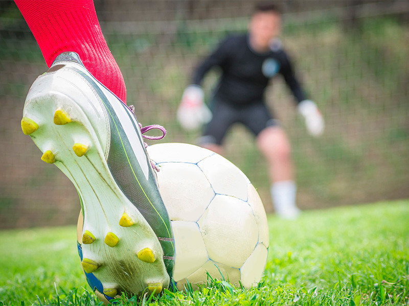 Европейский союз футбольных ассоциаций (УЕФА) как никогда близок к отмене в турнирах под своей эгидой одного из самых противоречивых правил современного футбола - правила выездного гола