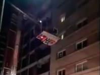 Уругвайский футболист полчаса простоял на карнизе 11-го этажа, спасаясь от пожара