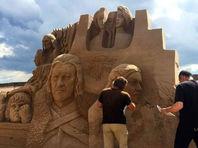 """В Петербурге поставили памятники героям """"Игры престолов"""" - из песка"""