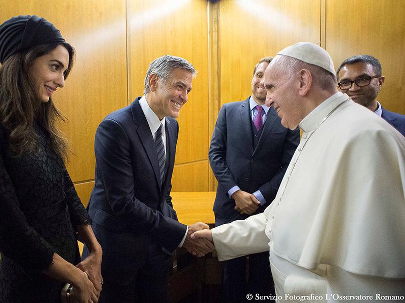 Джордж Клуни, Ричард Гир и Сальма Хайек получили награды из рук папы Франциска