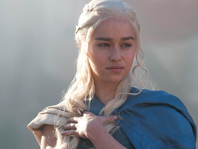 """Поклонники """"Игры престолов"""" ищут на Pornhub видео с женскими персонажами шоу. Особой популярна платиновая блондинка Дейнерис Таргриен, известная как мать драконов. В сериале ее исполняет Эмилия Кларк"""