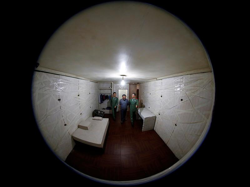 """Китайский художник Ай Вэйвэй представил в Испании инсталляцию """"S.A.C.R.E.D"""" о временах его тюремного заключения"""
