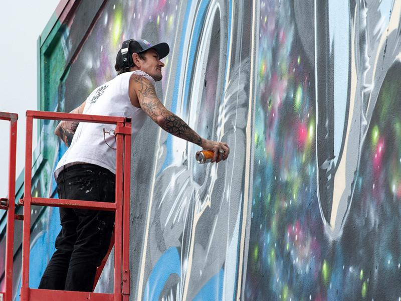 """В английском Бристоле проходит ежегодный, уже восьмой по счету, фестиваль граффити и уличного искусства UpFest, который в этом году посвящен 45-летию со дня выхода детских книжек """"Mr Men"""" и """"Little Miss"""""""