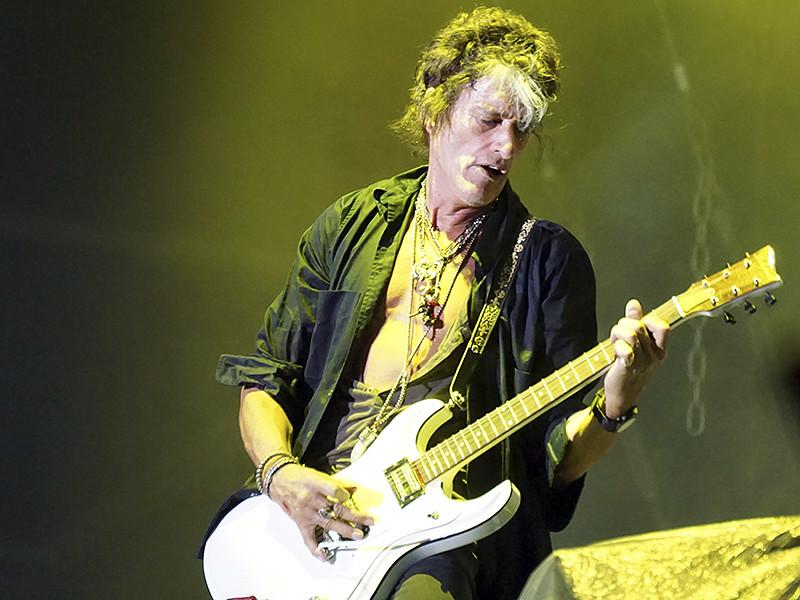 65-летний Перри выступал в составе группы The Hollywood Vampires. Гитарист во время выступления вышел за кулисы, а затем рухнул на пол, потеряв сознание