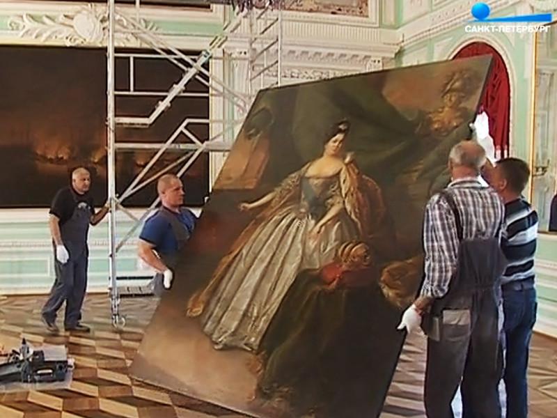 Во время работ неожиданно выяснилось, что для создания картины Бухгольц на большой холст наклеил погрудное изображение императрицы кисти другого художника и дописал его