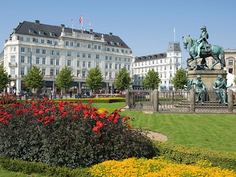 Скандальная фотовыставка обнаженной женской натуры открылась на площади Нюторв в Копенгагене после семи месяцев бурных обсуждений в датских СМИ и дебатов с местной полицией, запретившей показ этих работ в декабре 2015 года