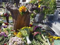 На могиле Богдана Ступки установили памятник - дерево корнями вверх, вырванное ураганом (ФОТО)