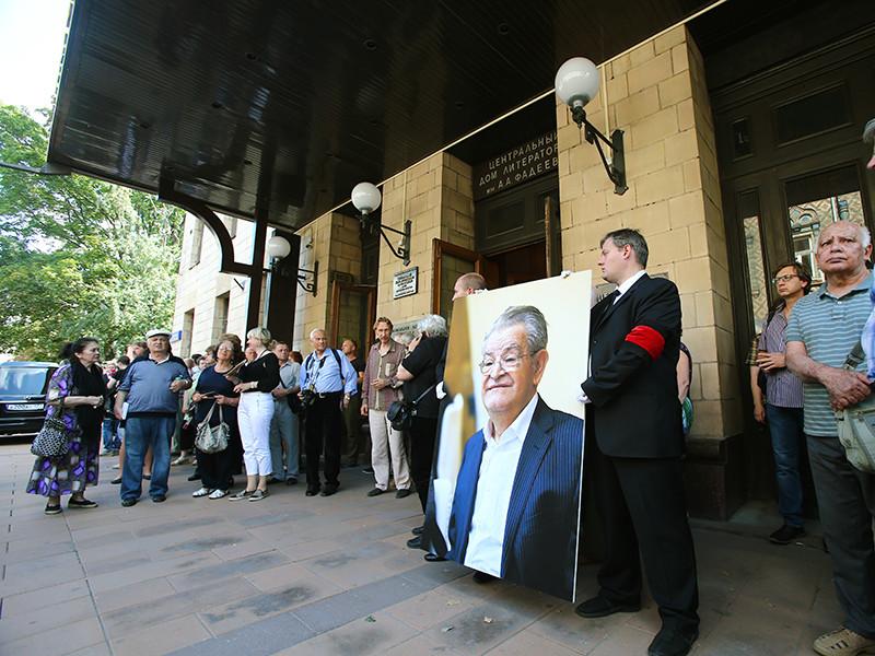 Во вторник, 2 августа, на Новодевичьем кладбище Москвы похоронили классика русской литературы Фазиля Искандера, скончавшегося на 88-м году жизни