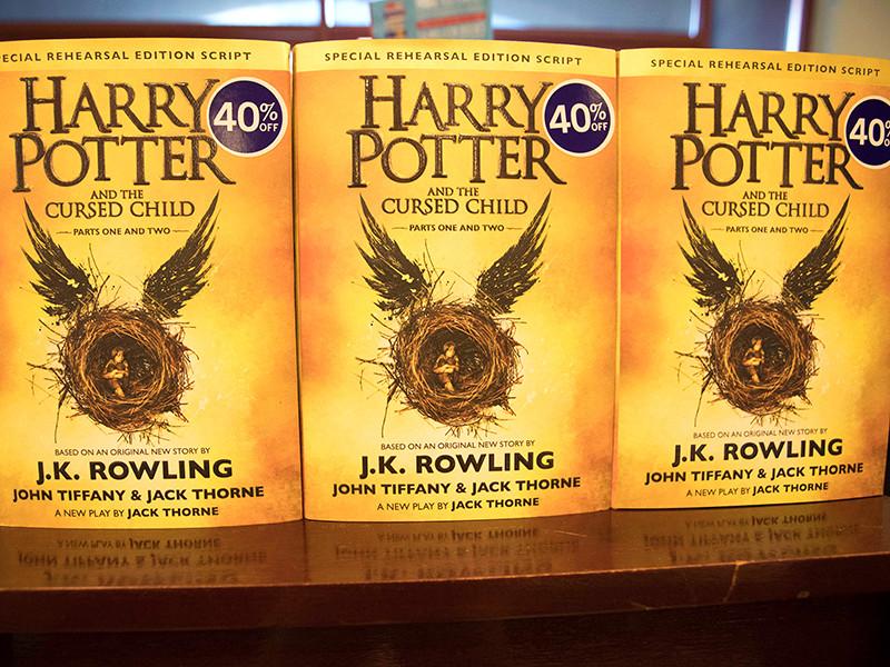 """В понедельник, 15 августа, в Санкт-Петербурге стартовали продажи новой книги Джоан Роулинг """"Гарри Поттер и проклятое дитя"""""""