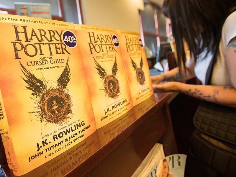 """Ее новая книга """"Гарри Поттер и проклятое дитя"""" стала самой продаваемой в Великобритании. Выручка составила 8, 76 млн фунтов стерлингов за семь дней"""