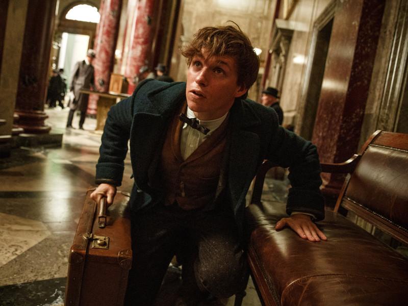 """Кинокомпания Warner Bros. опубликовала новый трейлер к фильму """"Фантастические звери и места их обитания"""", который повествует о событиях, произошедших за 80 лет до рождения Гарри Поттера"""