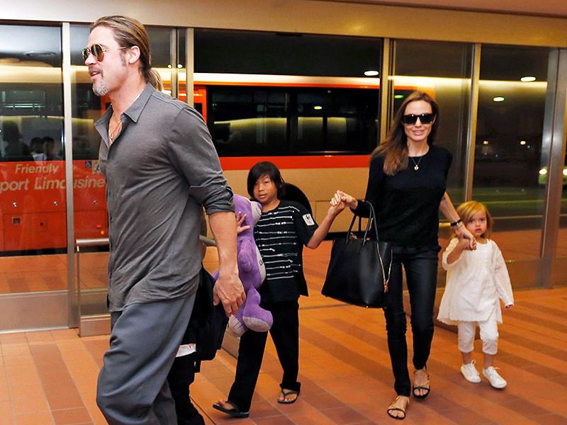 Полиция Лос-Анджелеса и служба по защите детей и семьи ведет расследование в отношении Брэда Питта. Актера подозревают в вербальном и физическом насилии в отношении детей, которых у него теперь пытается отсудить Анджелина Джоли