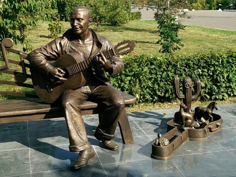 У памятника Славе Глюку в Красноярске похитили лошадку - кактус и кошку оставили