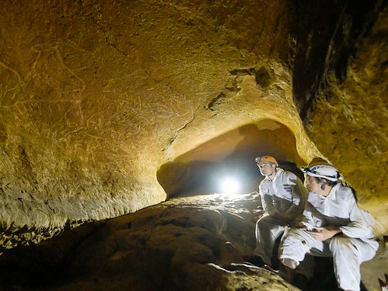 Правительство провинции Бискайя в Стране Басков заявило об уникальном открытии, которое обогатило не только Пиренейский полуостров, но и все человечество. В городе Лекейтио, неподалеку от входа в пещеру Арминче, было найдено около 50 наскальных рисунков