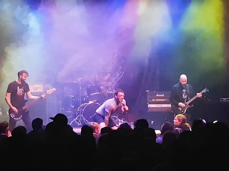 Лидер метал-группы Trap Them продолжил петь после того, как сломал обе ноги на сцене