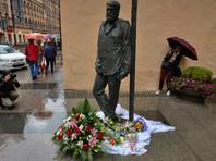 Демонтированный памятник Довлатову в Петербурге после доработки вернули на место