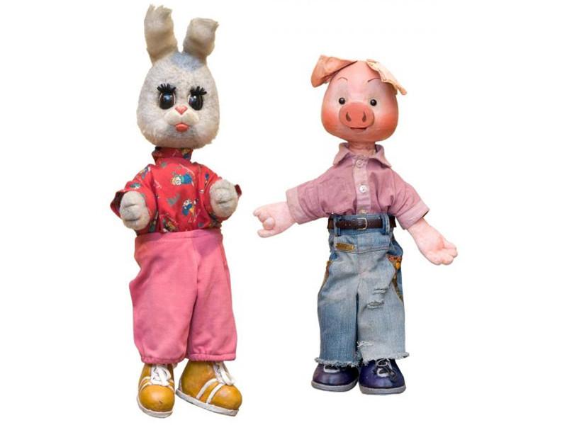 Две куклы, одетые по моде 1990-х годов, вошли в состав лотов на торгах русского искусства ХХ века.  Оценочная стоимость Хрюши и Степаши составляла от 3 до 8 тысяч долларов