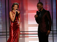 """Ведущая American Music Awards 2016 супермодель Джиджи Хадид извинилась за свою """"расистскую"""" пародию на Меланию Трамп"""