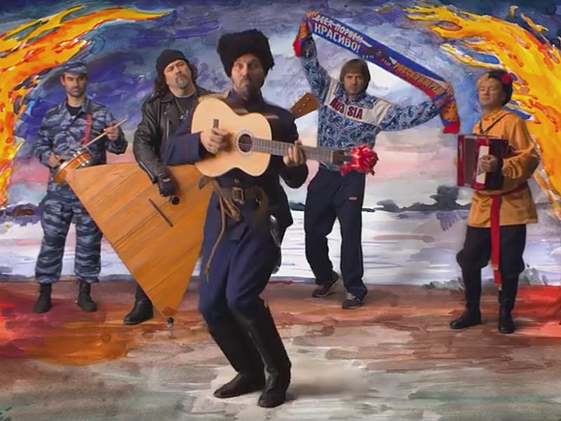 В песне музыканты иронизируют над захватившим страну ура-патриотическим настроением, подменяющим истинный патриотизм
