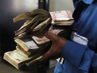 Индийская кинозвезда Рави Бабу с помощью поросенка привлек внимание СМИ к проблеме запрета в стране крупных купюр и обмена денег