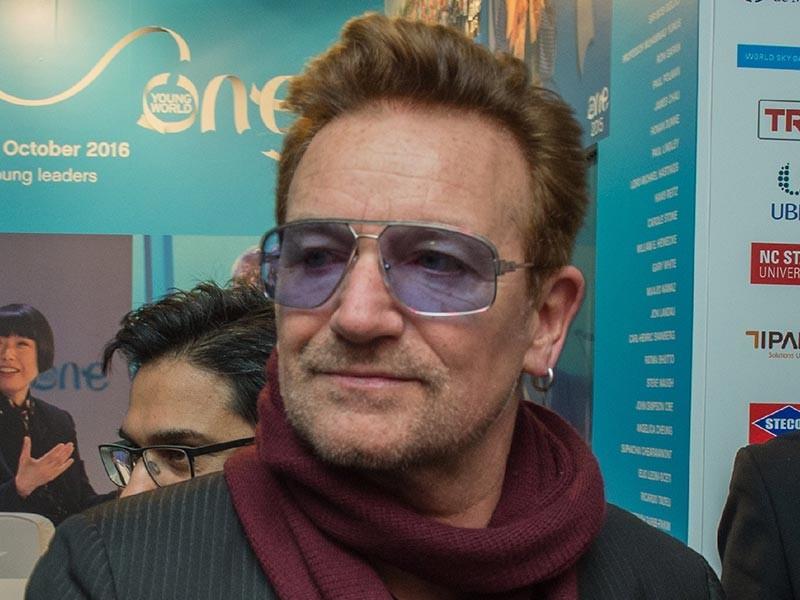 Солист группы U2 Боно стал первым мужчиной, который попал в рейтинг женщин года по версии журнала Glamour. Причем музыканту удалось не только войти в список, но и подняться на первую строку