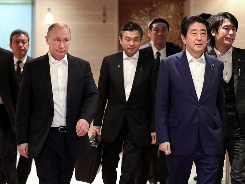 Президент РФ Владимир Путин и премьер Японии Синдзо Абэ, проведя переговоры, обменялись подарками