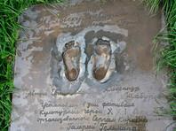 В Екатеринбурге на памятник Человеку-невидимке надели носки