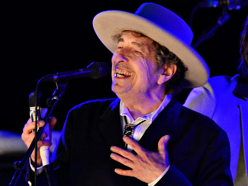 75-летний американский музыкант и автор-исполнитель Боб Дилан продолжает интриговать своих поклонников и интересующихся литературой своеобразным отношением к полученной Нобелевской премии