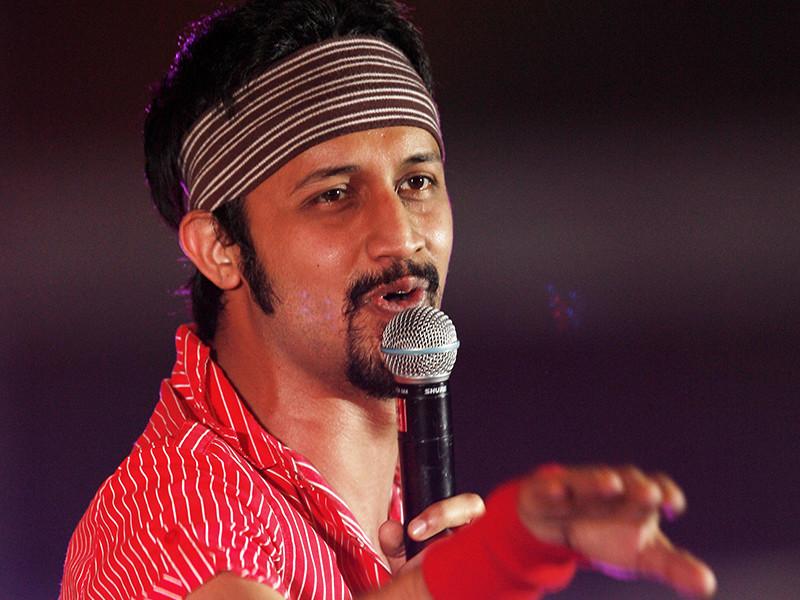 Пакистанский певец Атиф Аслам получил горячую поддержку поклонников после того, как остановил концерт в городе Карачи и сделал выговор молодым людям, которые приставали к одной из зрительниц