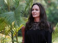 Анджелина Джоли увезла своих детей в Камбоджу и накормила гигантскими волосатыми тарантулами (ВИДЕО)