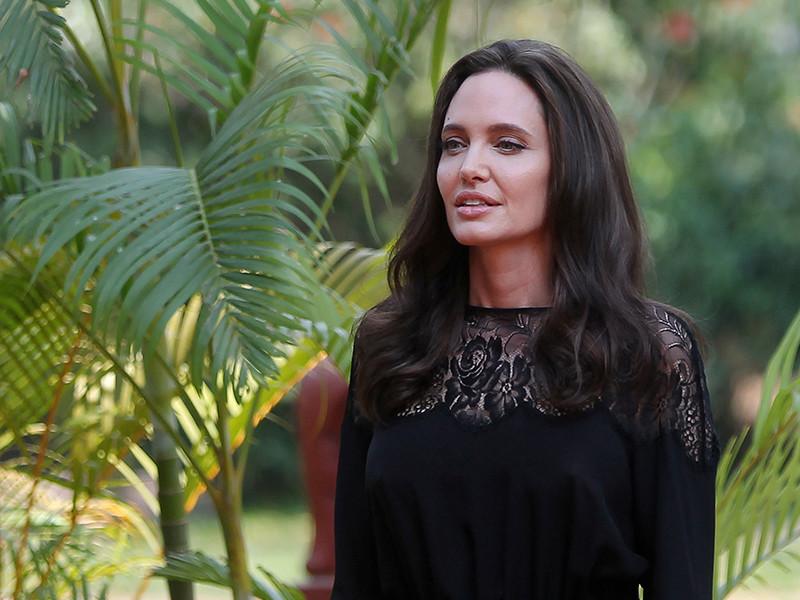 Анджелина Джоли постепенно возвращается к общественной деятельности и встречам с прессой после разрыва с Брэдом Питтом