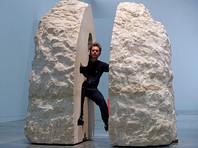 Перформанс во французском музее: художник неделю прожил замурованным в камне